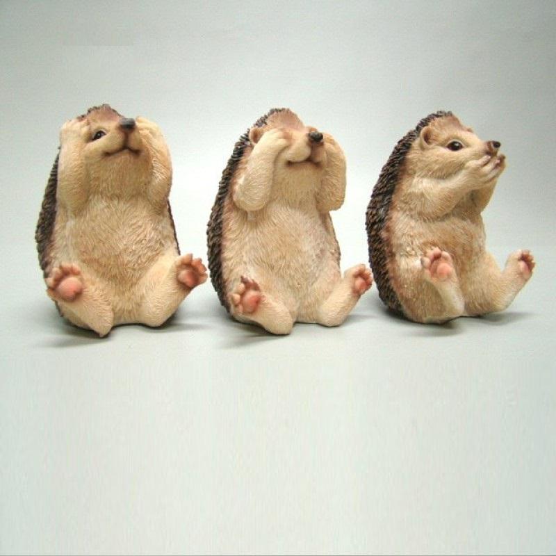 Drie egeltjes die horen zien en zwijgen uitbeelden